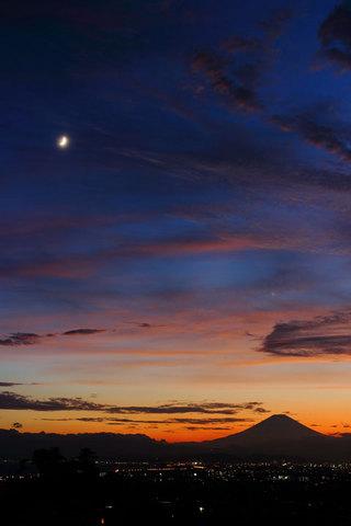 150720富士に月齢4と金星.jpg