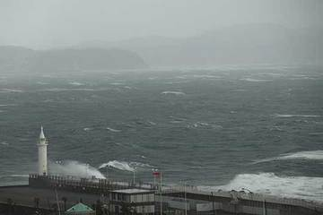 170220春二番江の島.jpg