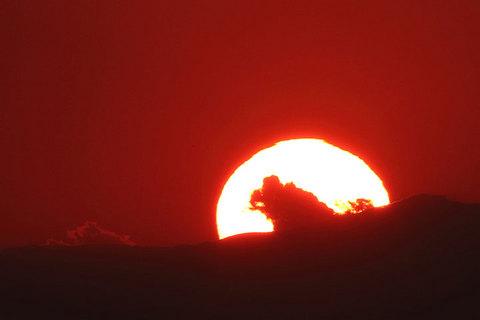 171223夕陽にゴジラ.jpg