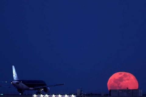 180302昇る満月にスターフライヤ-.jpg